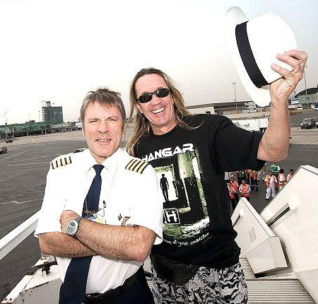 Nicko com a camiseta do Hangar & Mr. Air Raid Siren