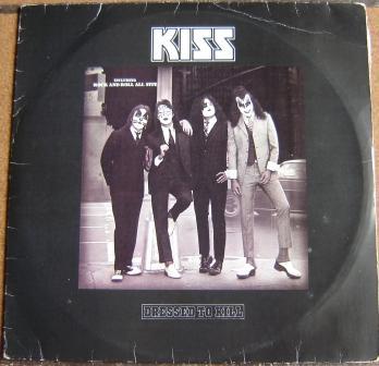A capa do Vinil Brasileiro - Não há o alto relevo com o Logotipo do Kiss - O logotipo invertido - a mensagem