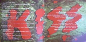 No cd remaster a lista de músicas com o logo no fundo.