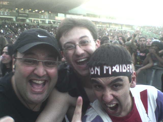 Finalmente, estamos dentro! Na foto: Jaime, Marcus Batera e eu, Eduardo, com minha velha camiseta da Inglaterra (1997), personalizada em 1999 antes do show do Bruce solo (Chemical Wedding) e autografada por Di'anno (2001)