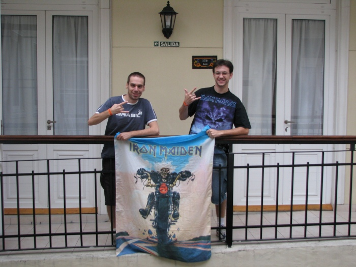 Murillo e Marcus no Hostel - UP THE IRONS