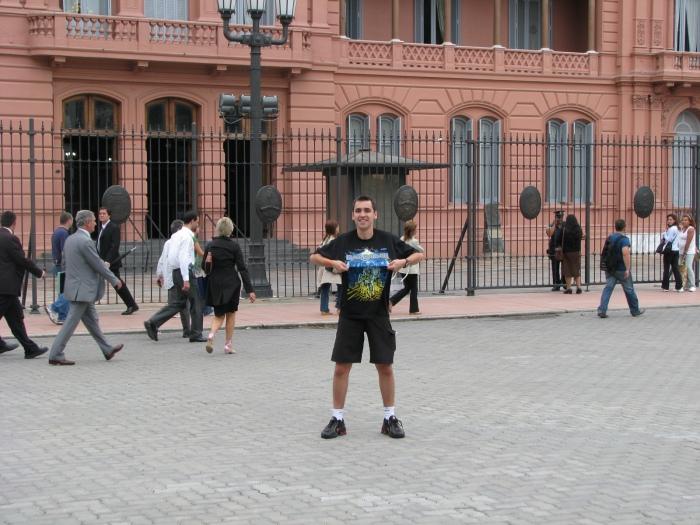 Então passemos bastante pela cidade, antes de irmos ao show. Aqui eu em frente a Casa Rosada (aliás, quem tirou esta foto, hein? Ô faltinha de talento!!!  :-)