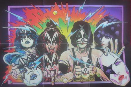 O poster que vem com a edição remaster mostrando a brincadeira em que a banda tira as máscaras (Unmasked = Desmascarados)