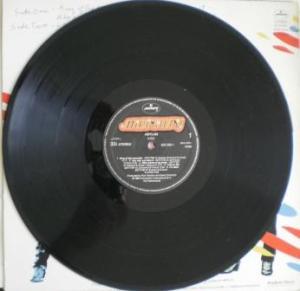 O Vinil de Asylum mostra a mudança de selo da banda para a Polygram/Mercury.