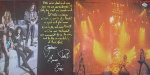 O Encarte com as assinaturas, lembrando o primeiro ao vivo - Kiss Alive!