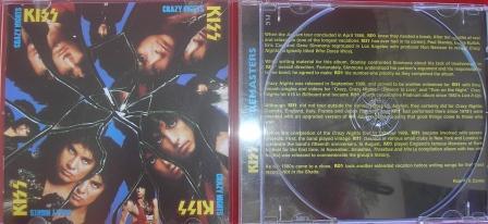 O Cd remaster importado de Crazy Nights mantém o padrão da série, com resenha em inglês.