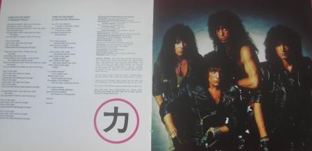 No encarte da edição Cd Remaster as letras e uma foto da banda.