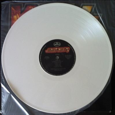 ** Vinil branco na edição especial importada lançada posteriormente ao cd original