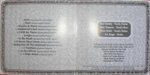 Na parte interna da edição simples, a lista de musica com os autores e poucos detalhes da produção do álbum.