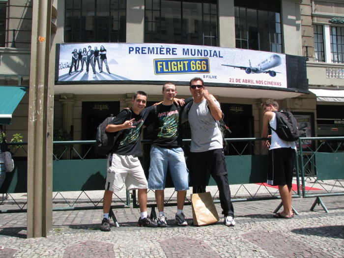 Agora, a foto que realmente ficará eternizada: Eduardo, Marcus Batera e Rolf no Cine Odeon