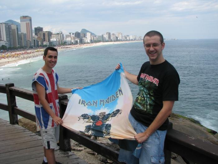 Eduardo e Marcus Batera levando o Eddie para passear na praia