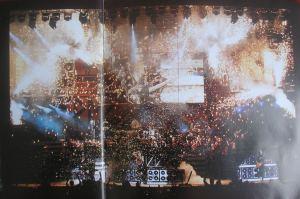 O show sinfônico trouxe a pirotecnia característica da banda.