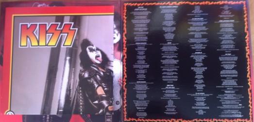 *Além do encarte com as letras (a direita), o disco veio com poster (dobrado a esquerda)
