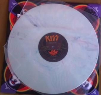 *O disco em vinil branco no estilo mármore mostra o esmero na produção