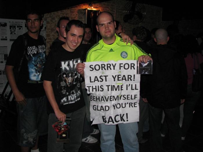 Eduardo e Caio com o pedido de desculpas pelo show em 2009...