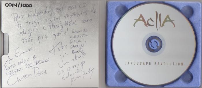O CD, gentilmente autografado pelos membros da banda. Detalhe para a bonita parte roxa que suporta o disco, de material de amido de batata