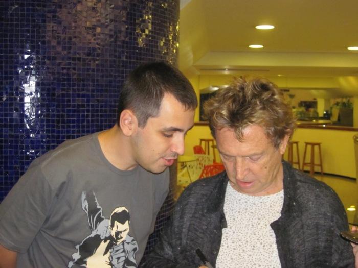 Eduardo conversando com Andy Summers no momento do autógrafo