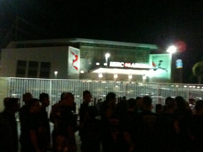 Do lado de fora - Uma Parte da Fila Interminável no Arena HSBC já mostrava a falta de organização para o evento.