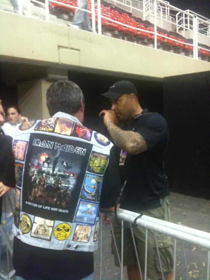 Este do lado de dentro da grade é o chefe de segurança do Iron Maiden com o qual eu conversei.
