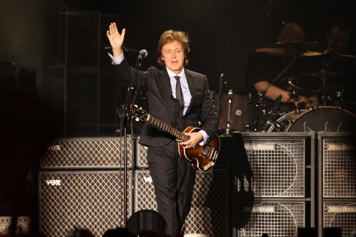 Sir Paul, enfim, vestido como um Beatle