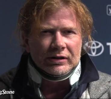 Mustaine com colar cervical (e cara de quem está com dor...)