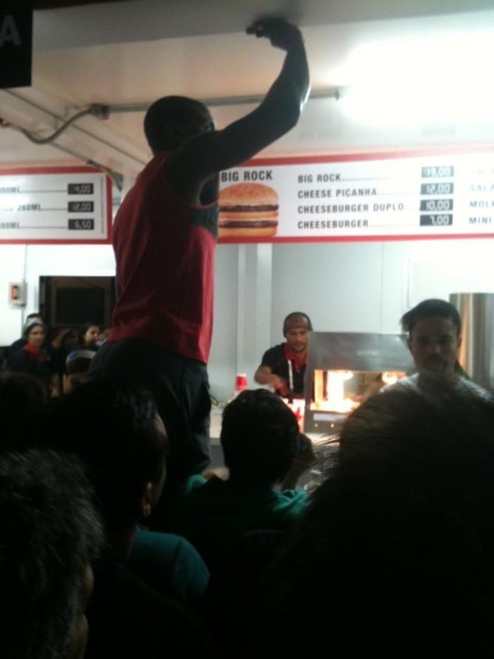 Tumulto no Bob's - era impossível comer - pessoa se descontrolando. Foto enviada pelo Rolf.