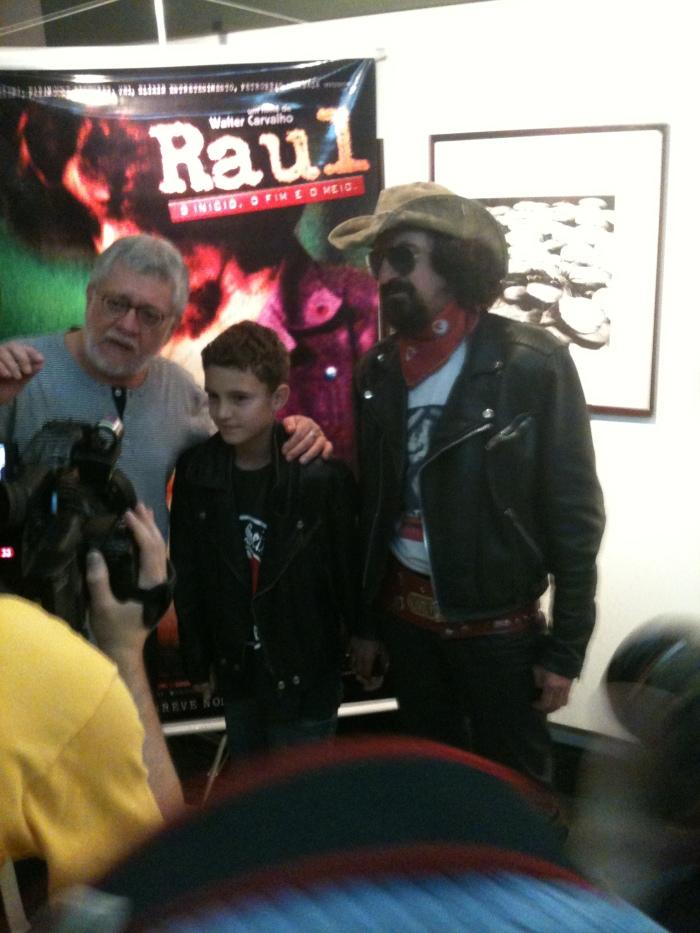 Walter Carvalho ao lado de um sósia de Raul Seixas (e o filho do sósia)