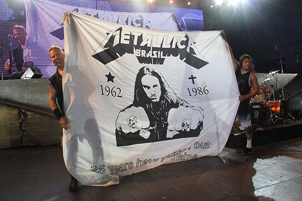 A bandeira para Cliff - com a mesma foto que usamos para nossa camiseta - linda homenagem para aquele que sempre merece ser lembrado com muito saudade