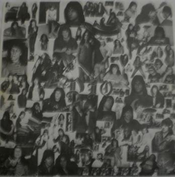 O encarte do álbum em preto e branco