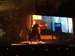 Um buraco no muro mostra Roger Waters em um dos cenários do lado esquerdo do público no segundo ato