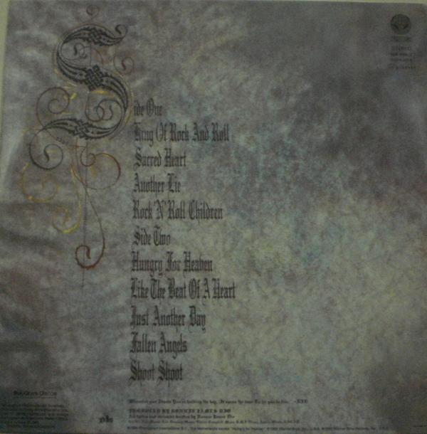 A contracapa de Sacred Heart com a lista das músicas nos dois lados.