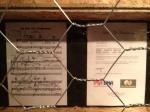 A tablatura da música, autografada, e o certificado de autenticidade do item