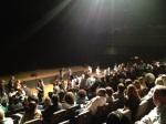 Dentro, do teatro, sistema de poltronas retráteis que que permite que o teatro receba 610 pessoas sentadas e 1500 em pé.
