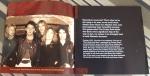 """Primeiras páginas do encarte do BBC Archives, com foto trazendo uma foto de um Iron Maiden ainda em formação, mas já com Murray e Di'Anno juntos do """"chefe"""" Harris"""