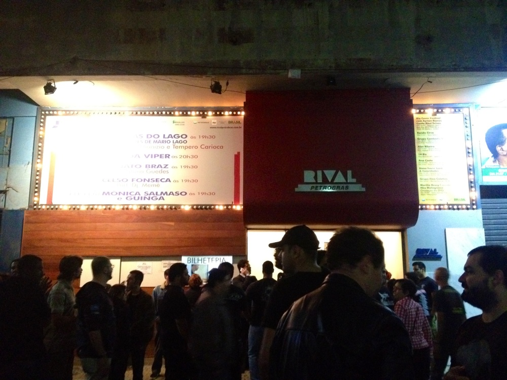 Entrada do Teatro Rival, minutos antes do início do show