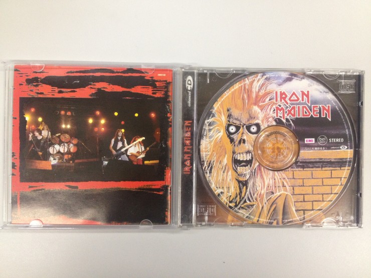 O CD com a capa do 'Iron Maiden' impressa