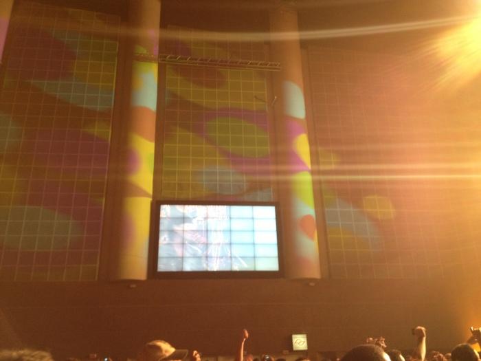 O Credicard Hall ficou lindo com os canhões de luzes coloridas nas paredes e na galera