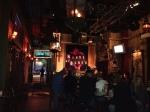 O aconchegante ambiente do bar. No fundo, a rua (entrada)