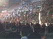 A garotas levando as bandeiras da banda ao palco