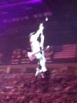 O voo de Paul para o palco no meio da arena para Love Gun