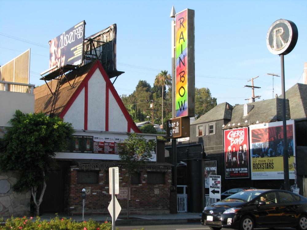 Reparem no logo do também histórico The Roxy Theatre dividindo muro com o Rainbow
