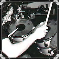 Ludwig com hardware Yamaha, pedal duplo e posteriormente com logos dourados do MetallicA