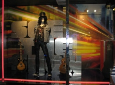 """""""Slash"""" que fica na vitrine, ao lado esquerdo"""