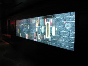 Rock Wall: telão touchscreen onde também se tem acesso aos itens da casa
