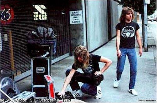 Os moleques Hetfield e Ron McGovney com seus equipamentos nas ruas californianas