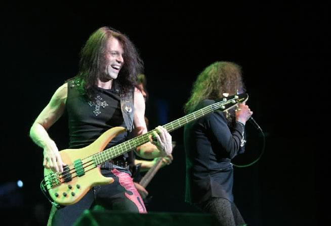 Rudy Sarzo em ação com Dio