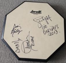"""Pad de estudo, que além dos autógrafos da banda, foi """"batucado"""" por Simon Wright"""
