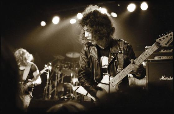 Kirk Hammett no palco com o Exodus, abrindo para o MetallicA, em 05/março/1983, no The Stone, em São Francisco. Semanas depois desta foto, Kirk entraria para o MetallicA.