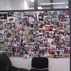 Quadro de fotos com músicos, famosos e funcionários