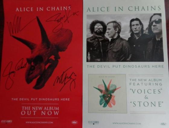 """Frente e verso do pôster do """"The Devil Put Dinosaurs Here"""" autografado pela banda"""